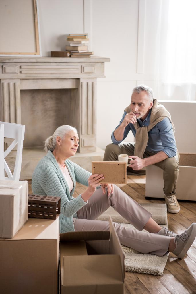 זוג מבוגר מסטכל על תמונה ומעלה זכרונות.